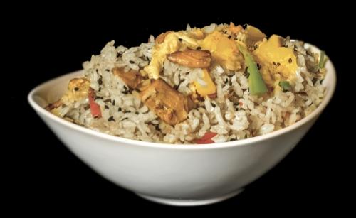 especialidad arroz tom yum con piña little thai